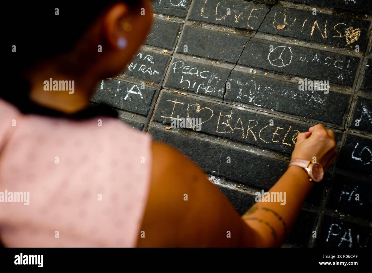 Barcelone, Espagne. Août 21, 2017. Une femme writtes un message sur l'étage de Las Ramblas de Barcelone, le même jour que Younes Abouyaaqoub, identifiés comme chauffeur de van qui a accéléré le long de la rue Las Ramblas le jeudi, a été abattu par des agents de police catalane dans le village de Subirats. Crédit: Jordi Boixareu/Alamy Live News Banque D'Images