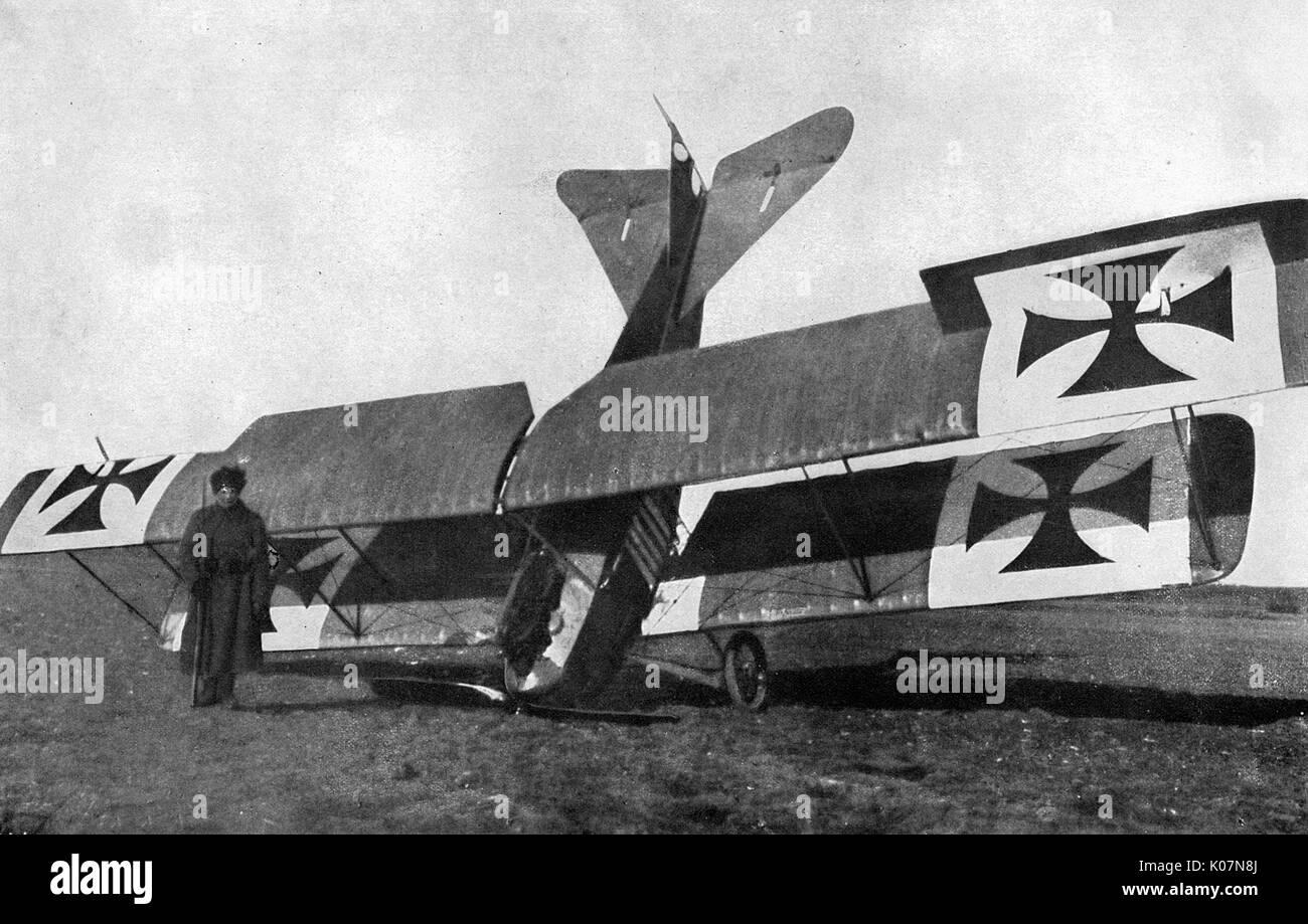 Avion allemand présenté par un canon anti-aérien russe pendant la Première Guerre mondiale. Date: vers 1917 Banque D'Images
