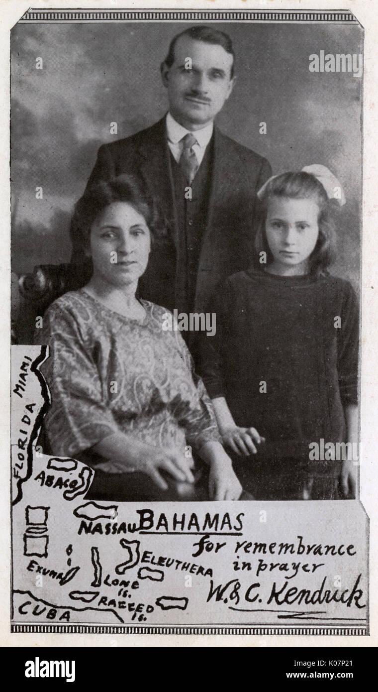 Famille missionnaire avec carte de France Antilles. Ils sont Walter et Clara Kendrick et leur fille. Il était un missionnaire médical d'Aston, Birmingham, basé à un règlement à Green Turtle Cay, l'île d'Abaco, au moment de l'ouragan du 5 septembre 1932. Date: vers 1920 Banque D'Images