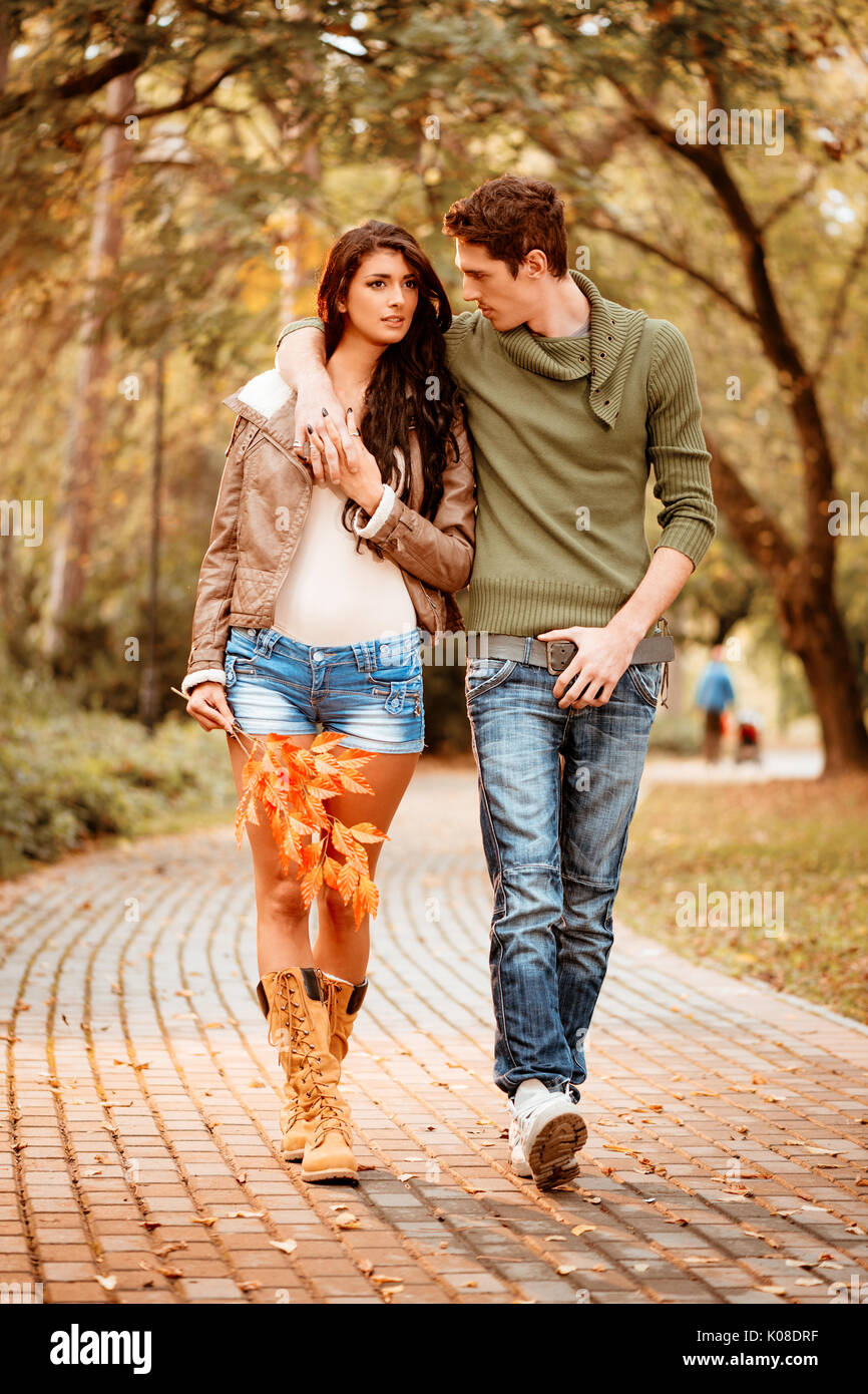 Belle lovely couple marche et faire dans le parc en couleurs de l'automne. Photo Stock