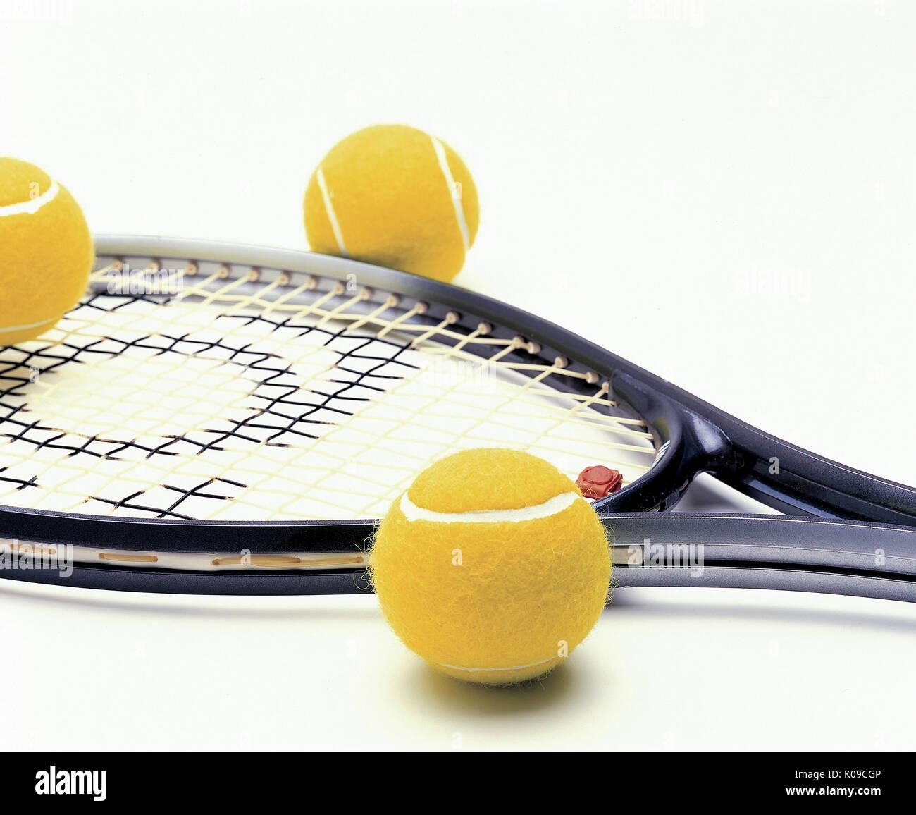 Raquettes de tennis et balles de tennis jaune Photo Stock