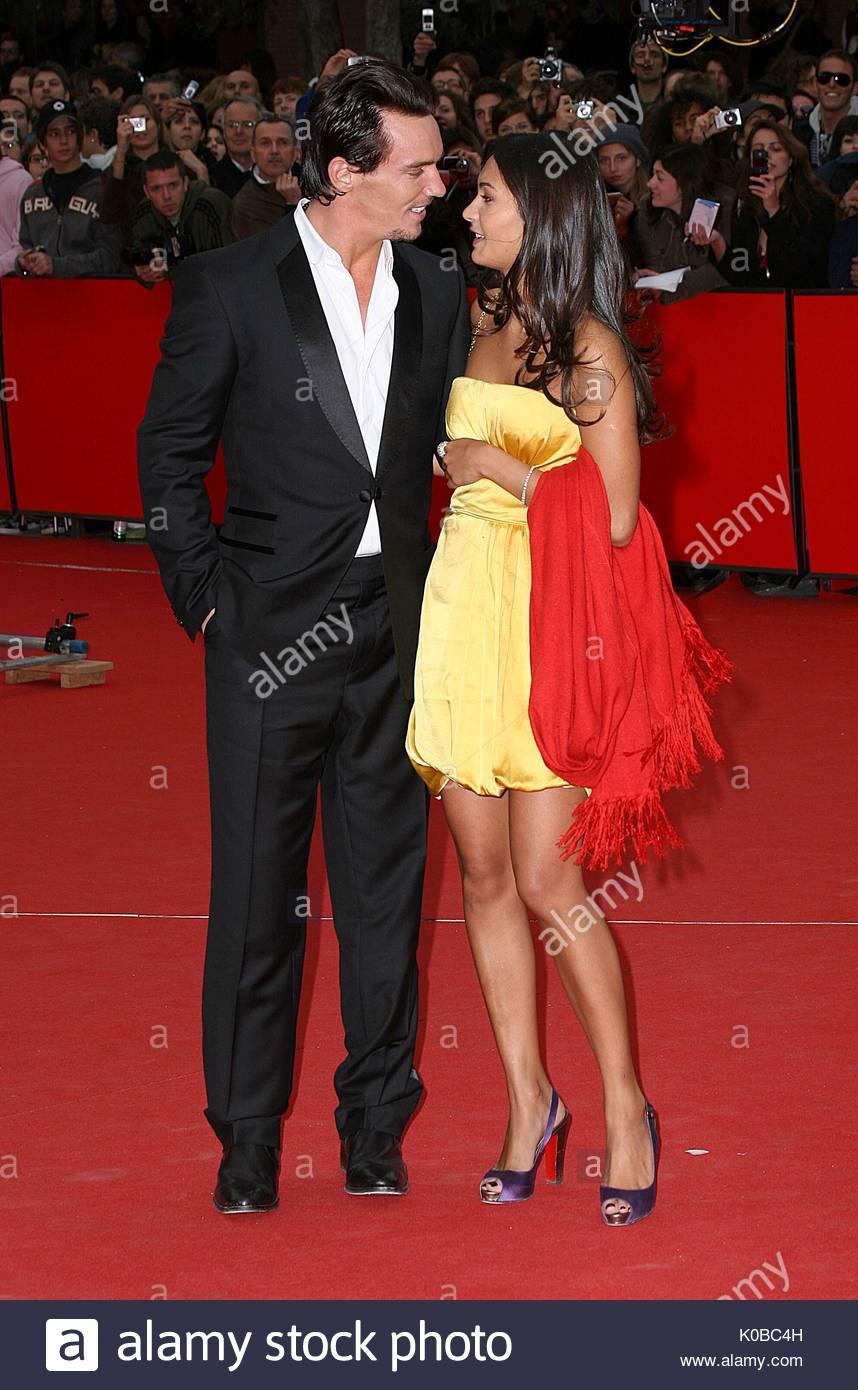 Jonathan Rhys Meyers et Reena Hammer marcher le tapis ...