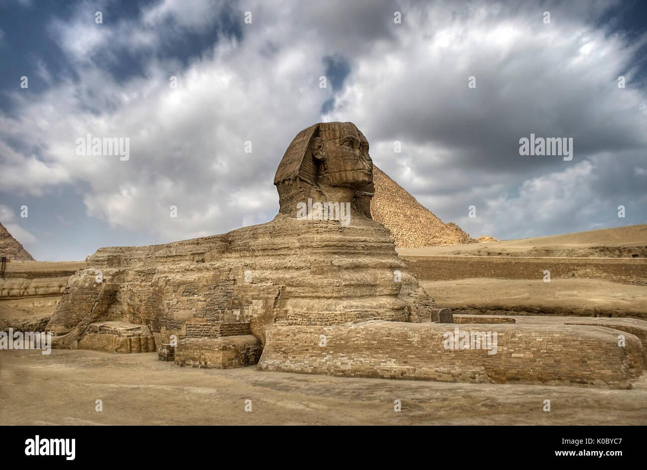 Le sphinx garde les pyramides à Gizeh le plateu au Caire, Égypte. Photo Stock