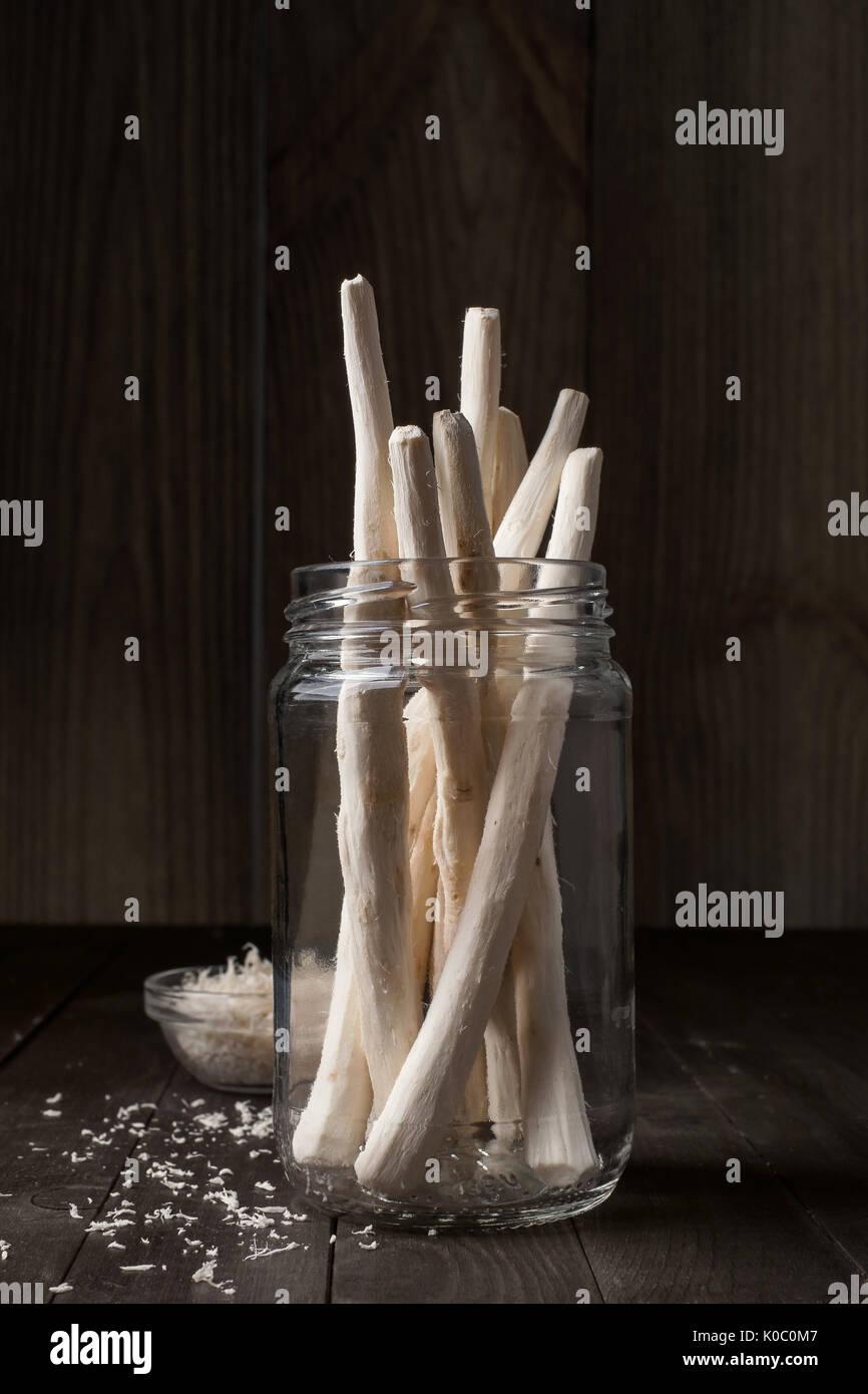Racines de raifort dans un bocal en verre, gros plan Photo Stock