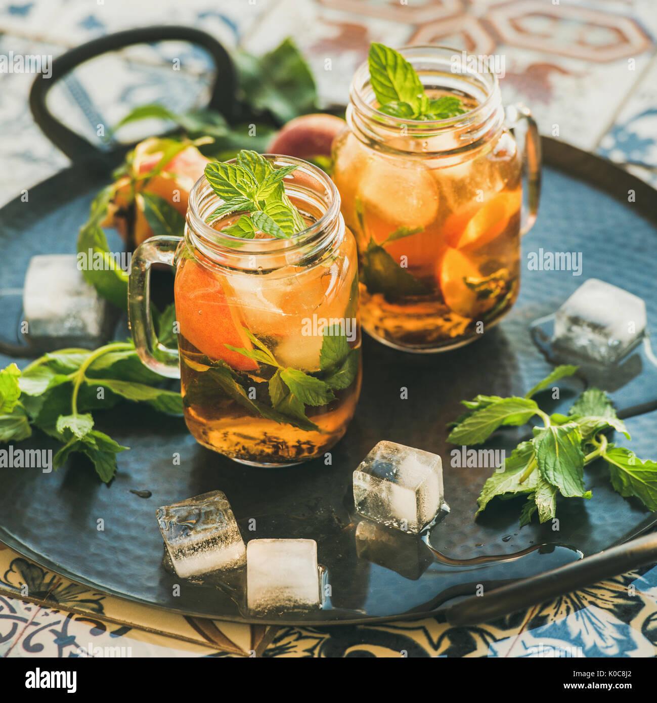 Froid de glace rafraîchissante en été pêche thé à la menthe, récolte carrés Photo Stock
