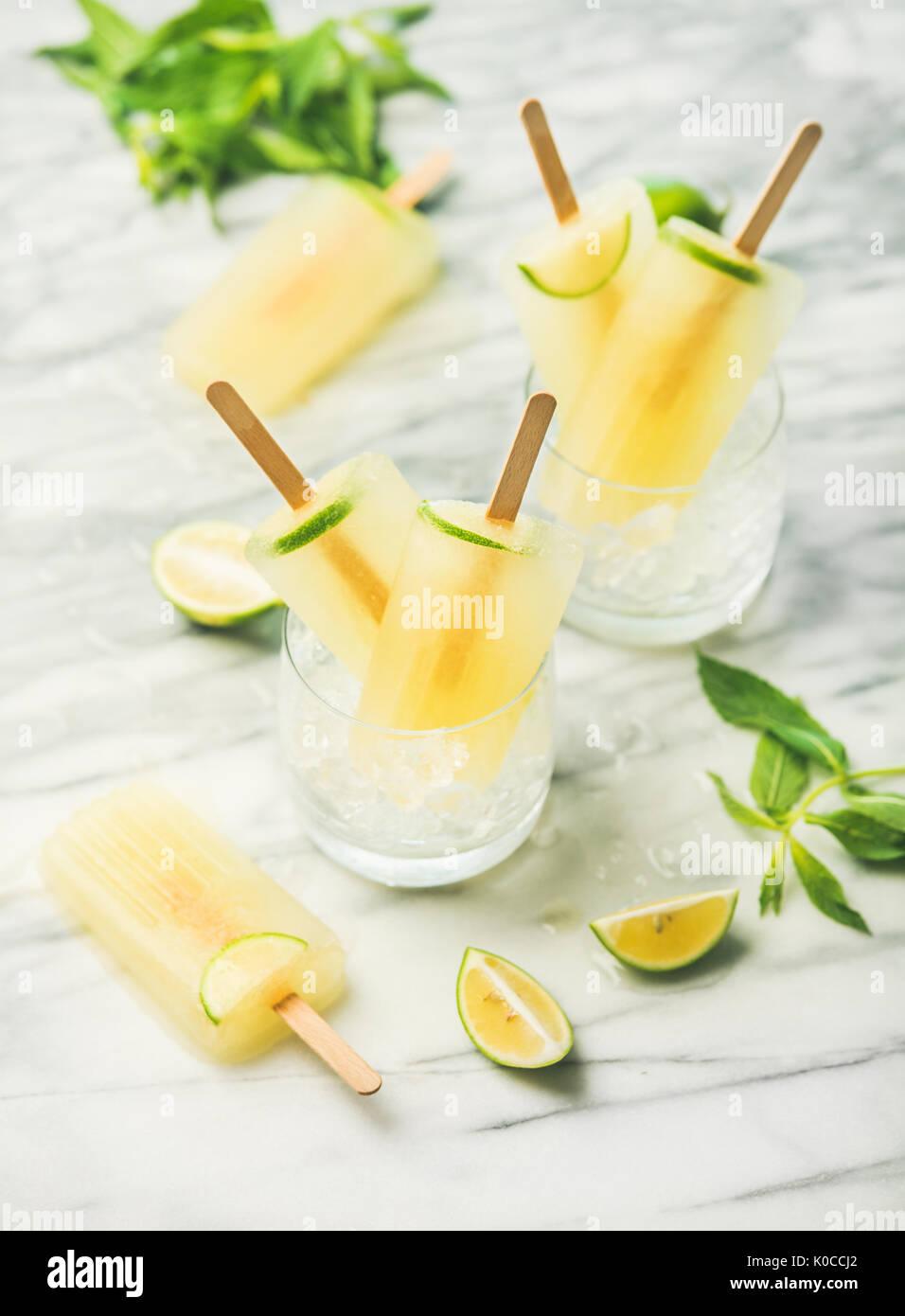 Limonade rafraîchissante de l'été les popsicles avec de la chaux et de menthe Photo Stock