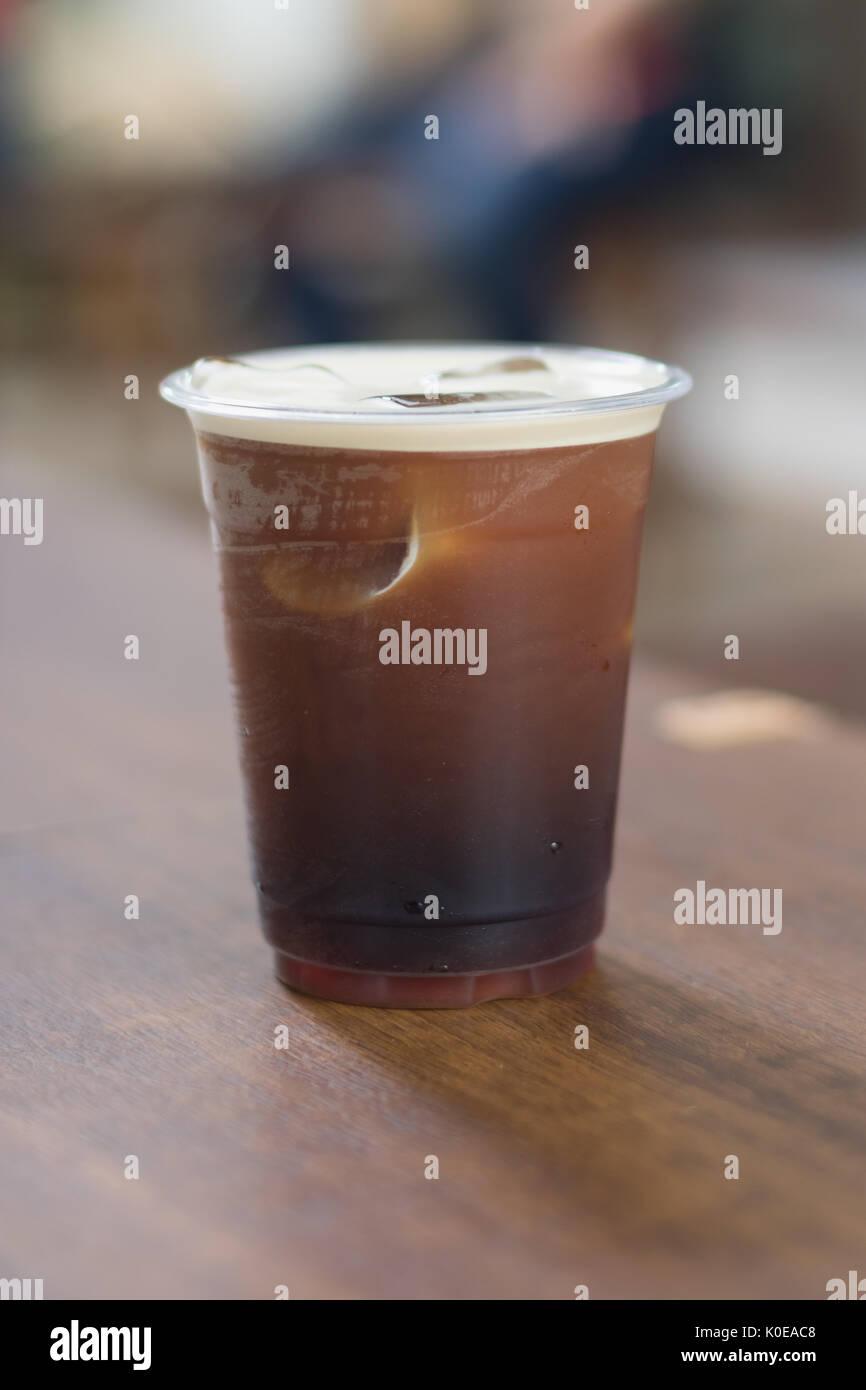 Nitro mousseux préparer de café froid dans la tasse à emporter en plastique prêt à boire Photo Stock