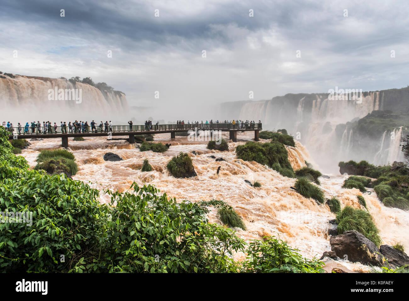 Les touristes sur l'affichage de la plate-forme, chutes d'Iguazú, Foz Do Iguacu, Parana, Brésil Banque D'Images