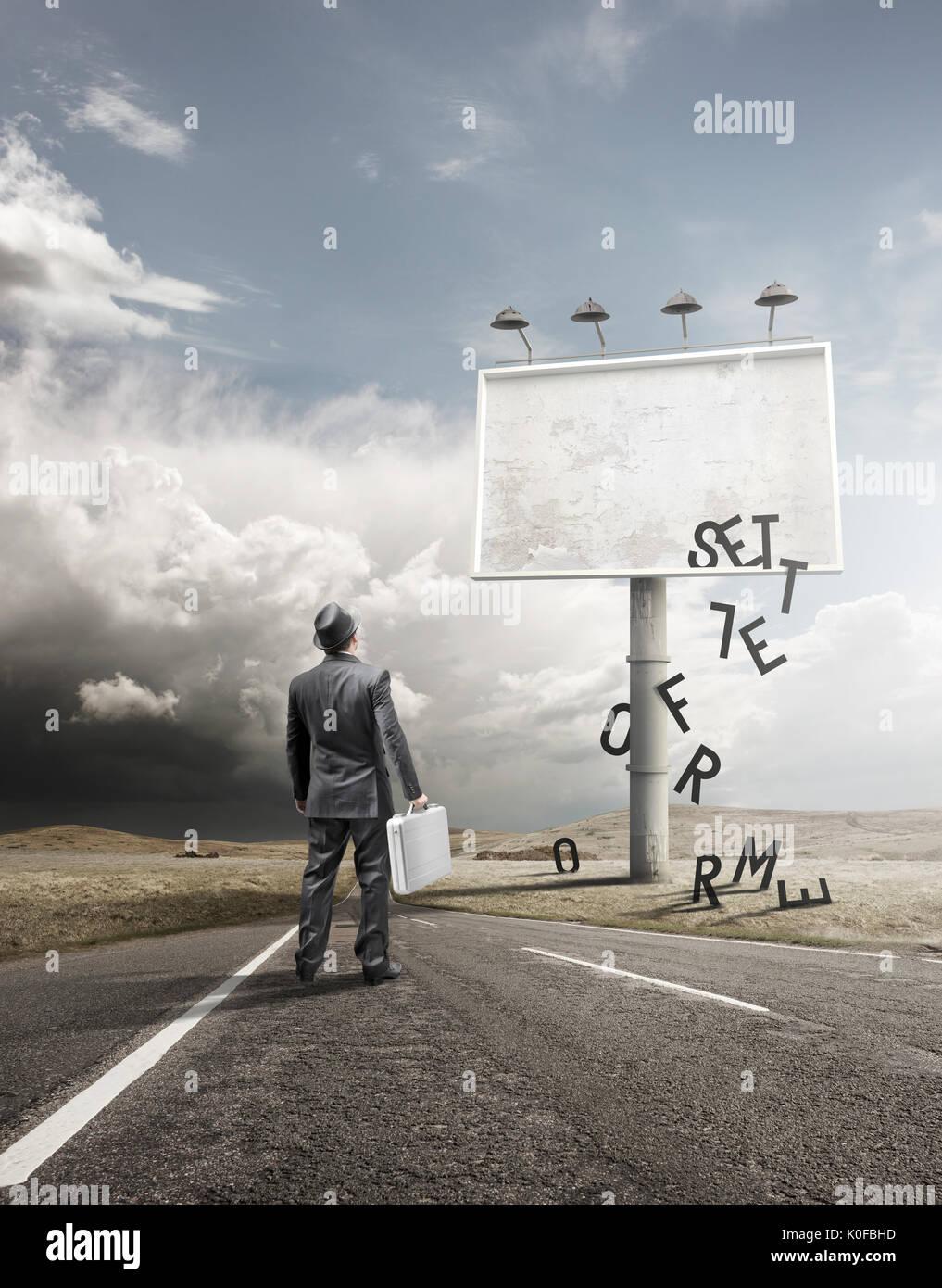 Un homme d'affaires et commandes devant un panneau d'affichage vierge avec la baisse de lettres. Photo Stock