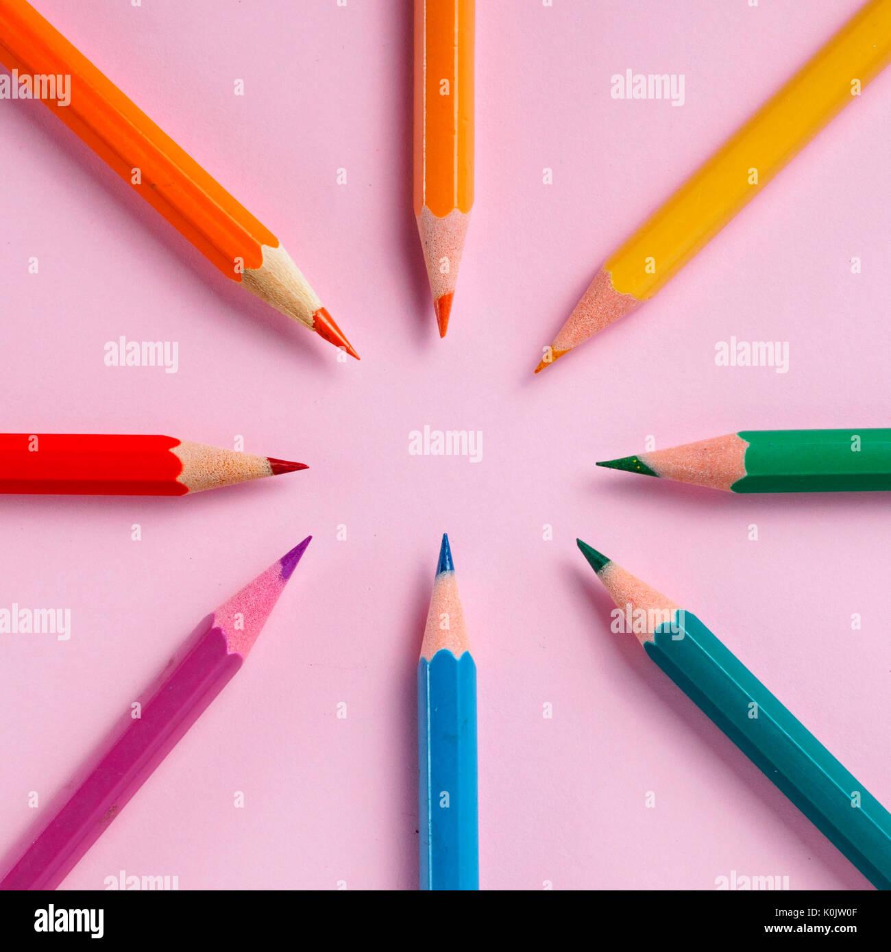 Crayon de couleur sur papier fond pour le dessin. Cercle de couleur Photo Stock