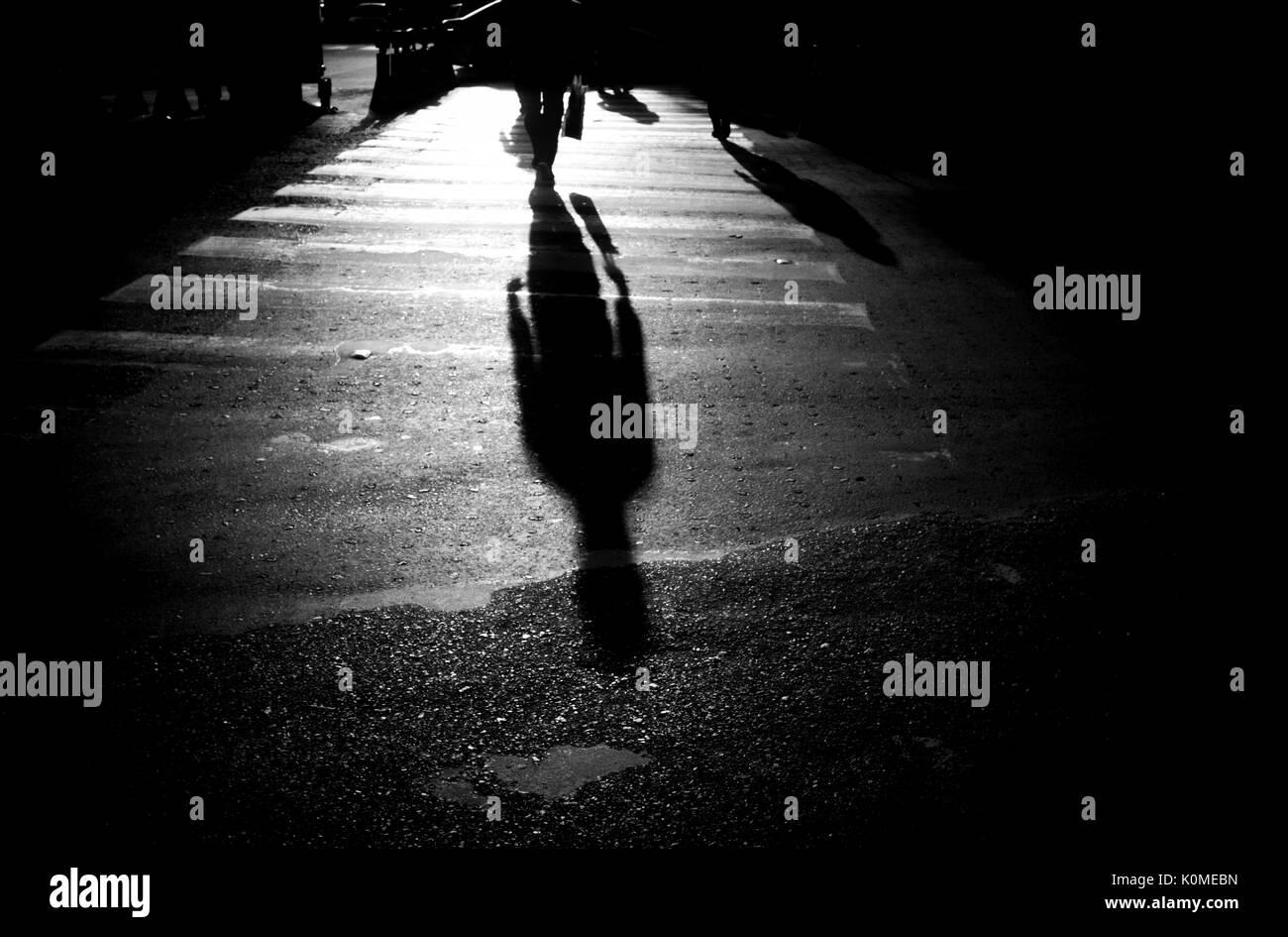 Homme ombre sur ton road, Kolkata, Bengale occidental, Inde, Asie Banque D'Images