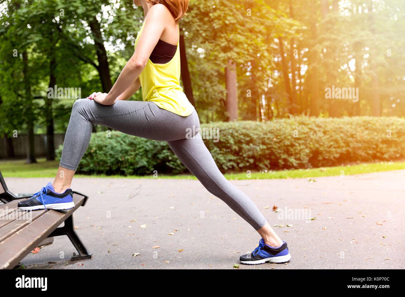 Jeune femme en bonne santé les étirements avant l'exercice et de remise en forme dans le parc, le mode de vie sain concept Photo Stock