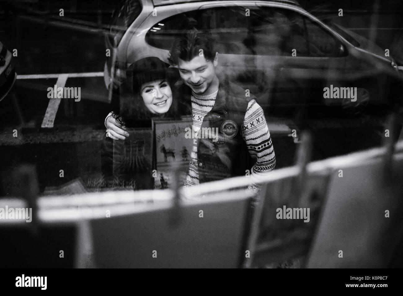 Jeune couple va faire du lèche-vitrine dans la période précédant Noël Photo Stock
