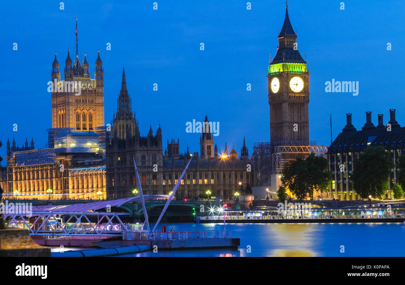 Big Ben et des chambres du Parlement dans la nuit, Londres. Photo Stock