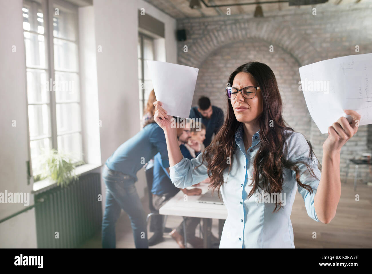 Photo de young angry woman in office Photo Stock