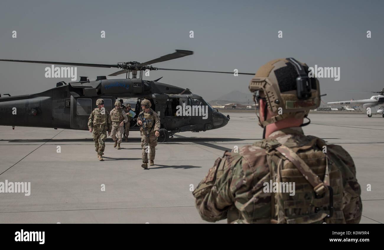 Le sergent-major de commandement de l'Armée américaine William F. Thetford, les cadres supérieurs du Commandement central américain, s'enrôle leader, centre, arrive à l'Aéroport International d'Hamid Karzaï, le 15 août 2017, à Kaboul, en Afghanistan. Thetford a visité la base d'opérations avancée côté Oqab d'examiner les progrès de l'Afghan Air Force et former, conseiller, aider. Command-Air (U.S. Photo de l'Armée de l'air par le sergent. Alexander W. Riedel) Banque D'Images