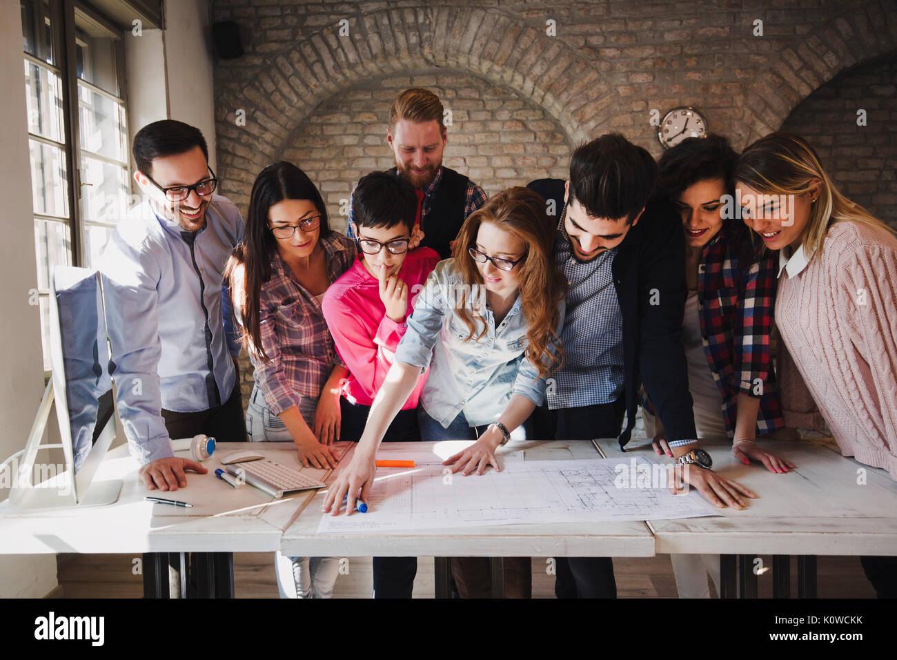 Portrait de jeunes designers perspective réunion ayant Photo Stock