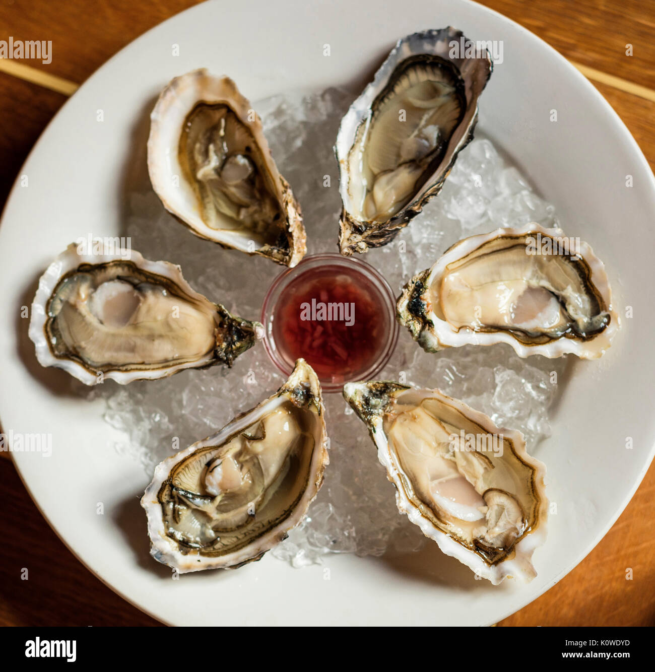 Les huîtres sur la plaque Banque D'Images