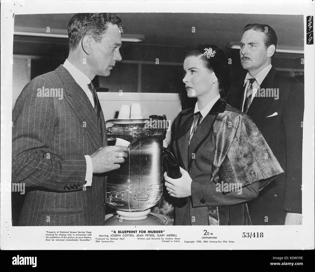 """Encore une scène de film 'un plan de meurtre"""" (1953 20th Century Fox Film thriller), montrant un homme dans un costume sombre à rayures genre de questions d'une dame bien habillé pendant que l'homme avec une moustache en costume sombre derrière son apparence sur avec un froncement, 1953. Photo Stock"""