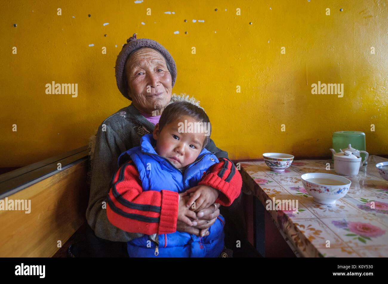 Grand-mère tibétaine et petit-fils de Rebkhong. Plateau tibétain (Tongren, Chine) Banque D'Images