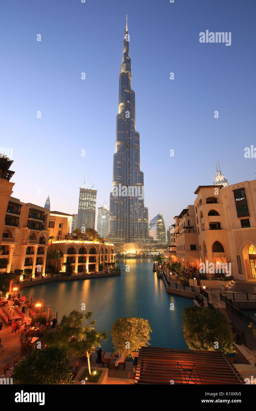 Gratte-ciel Burj Khalifa Dubaï nuit Soir bleu crépuscule heure eau Photo Stock
