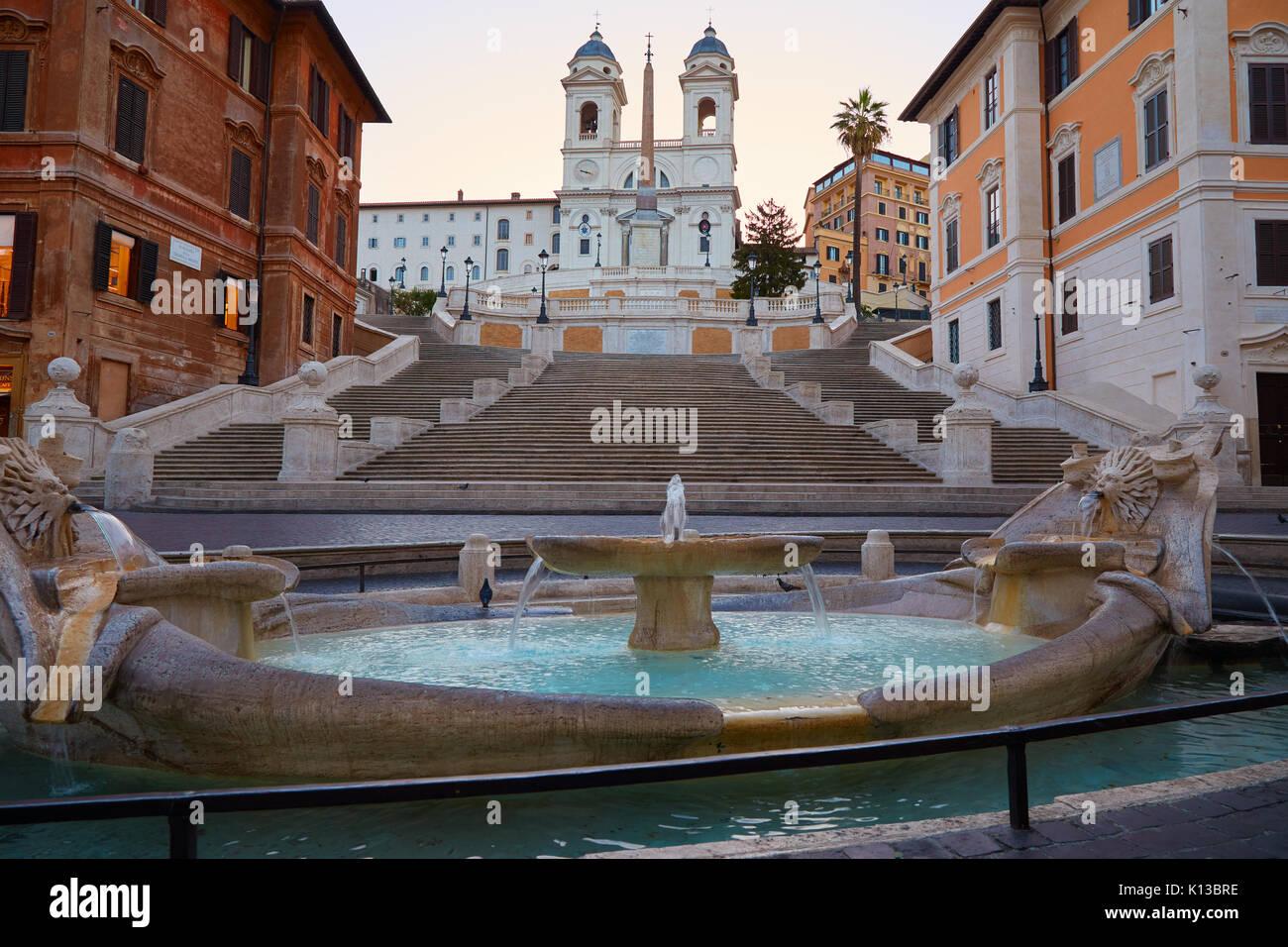 Les marches espagnoles et la fontaine de Rome, Italie tôt le matin sans que les gens Photo Stock