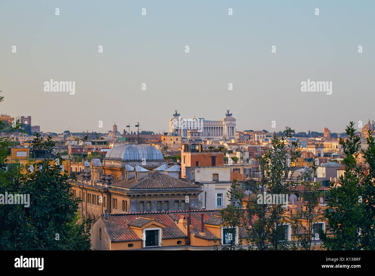 Matin panorama de Rome avec une vue sur le monument Vittoriano Photo Stock