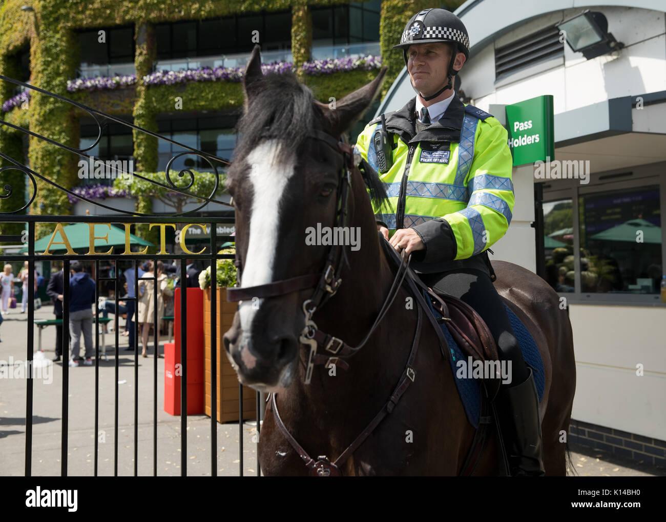 La police montée à cheval en dehors de Wimbledon Photo Stock