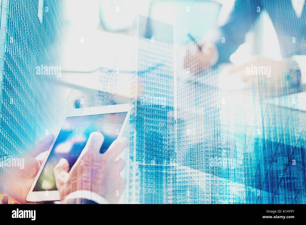 Homme d'affaires du bureau connecté sur le réseau internet. concept de partenariat et de travail en équipe Photo Stock