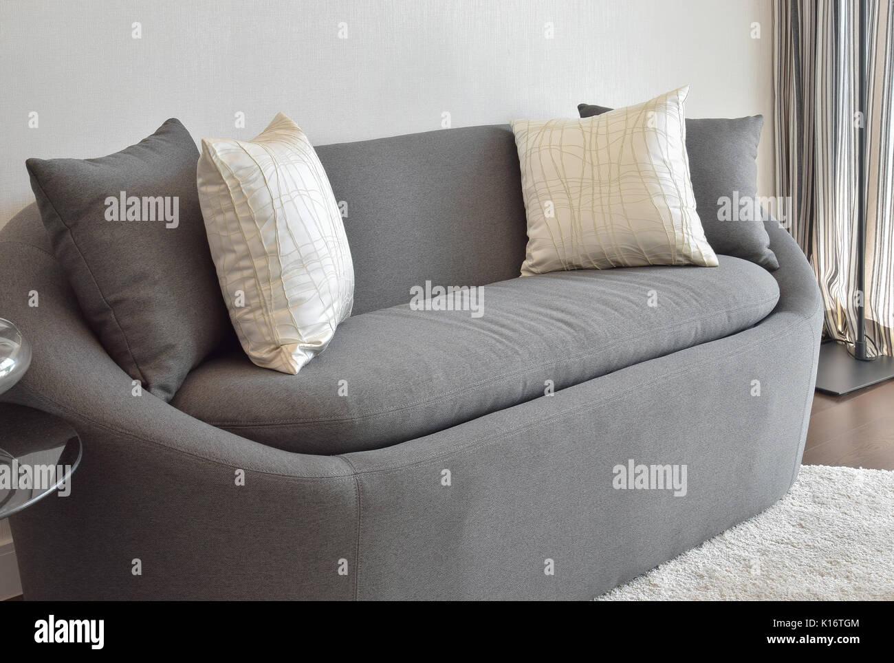 Blanc et gris coussin déco sur un canapé dans le salon ...