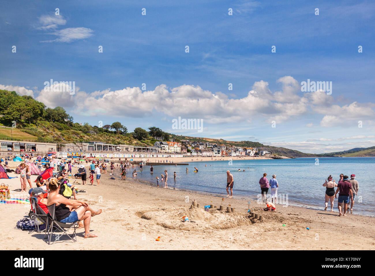 1 Juillet 2017: Lyme Regis, Dorset, England, UK - Plage de sable fin sur une chaude journée d'été ensoleillée. Photo Stock