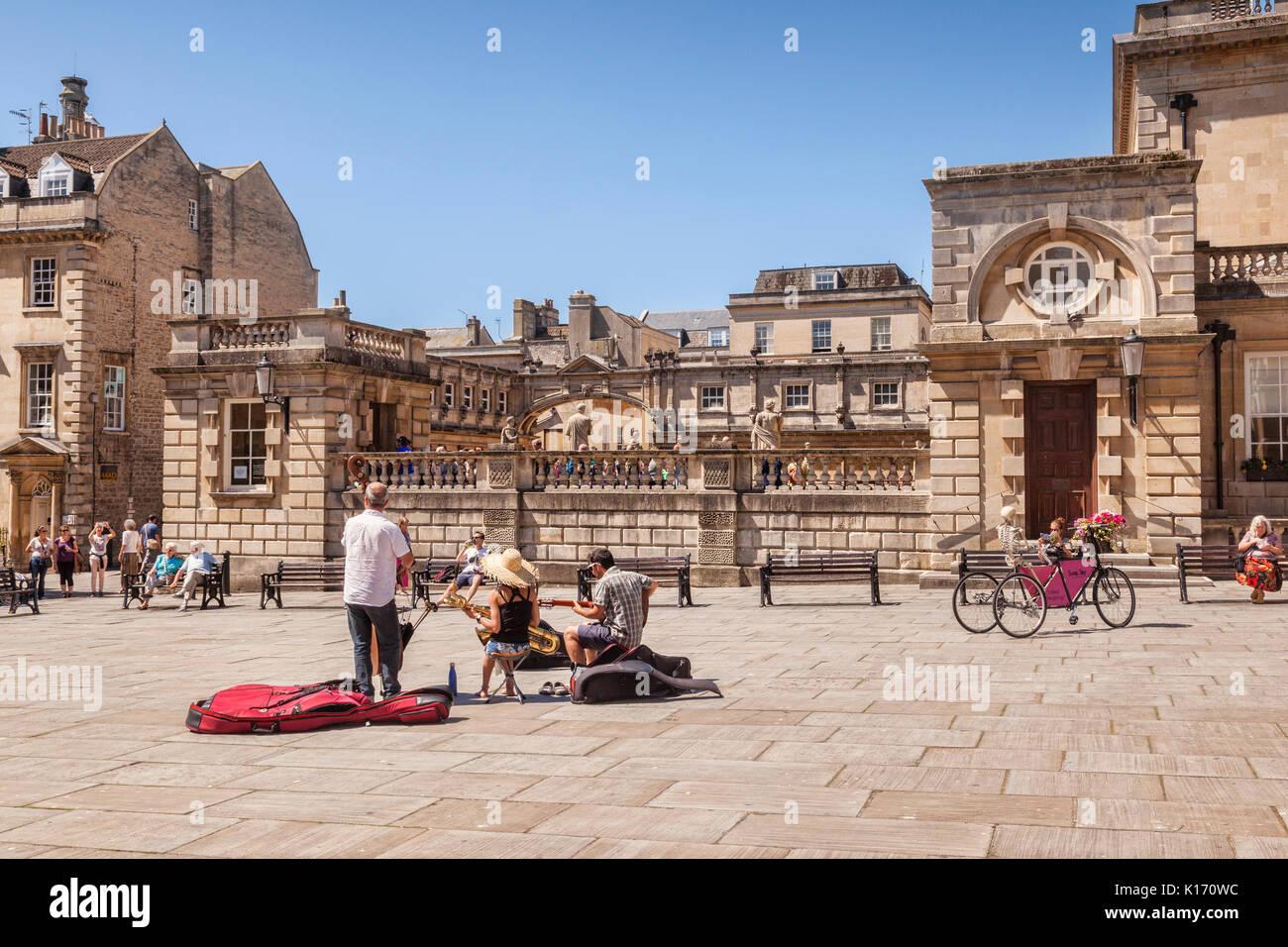 5 Juillet 2017: Bath, Somerset, England, UK - Kingston Buskers en parade, une petite place à côté des thermes romains. Photo Stock