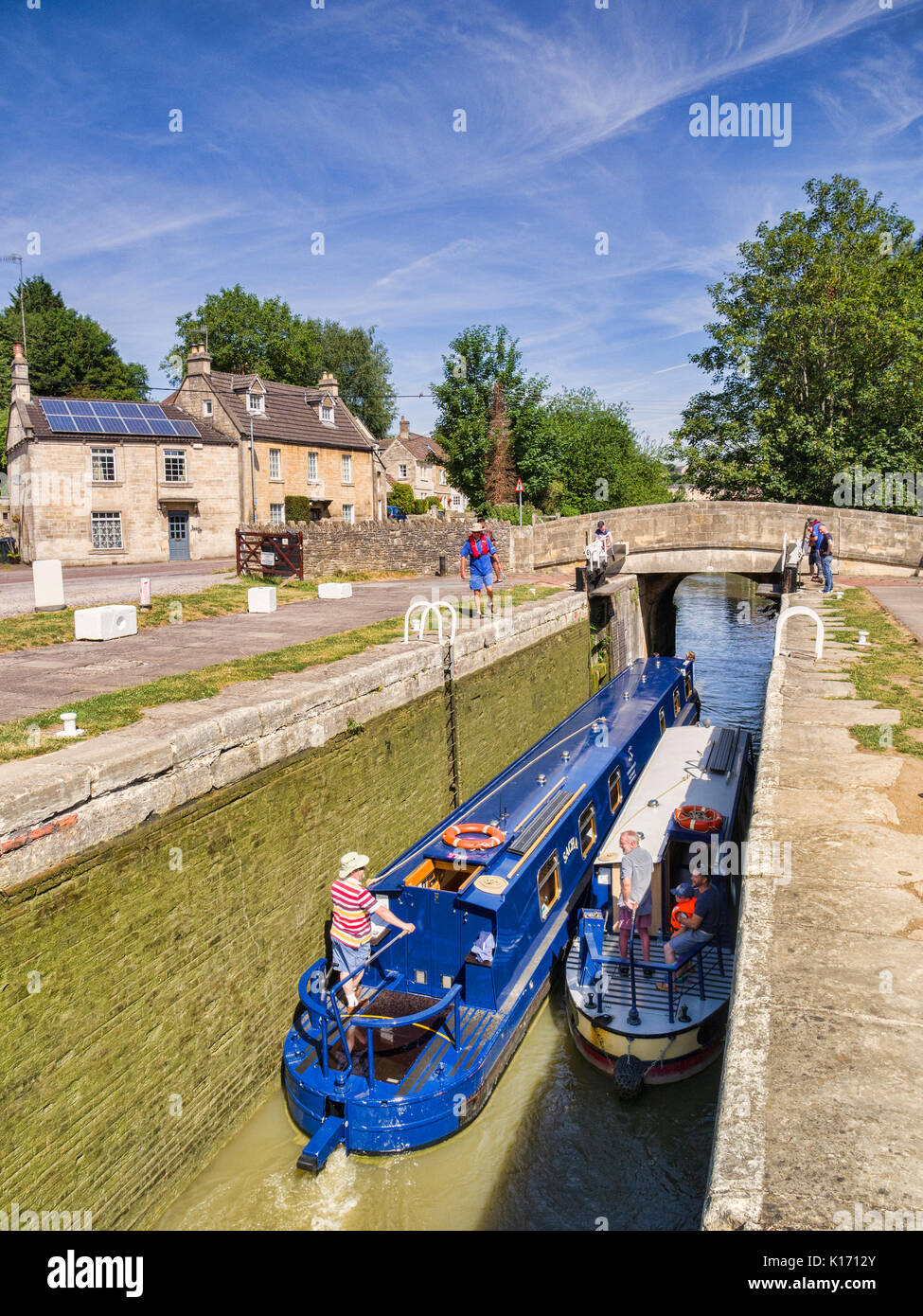Juillet 2017 7 : Bradford on Avon, Somerset, England, UK - Deux narrowboats passant au travers d'un verrou sur le canal Kennet et Avon. Photo Stock