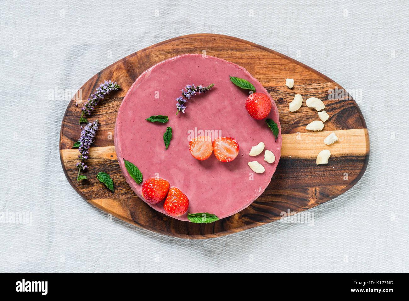 Gâteau au fromage fait maison, en bonne santé de matières premières avec la menthe et les fraises. Vue d'en haut Photo Stock