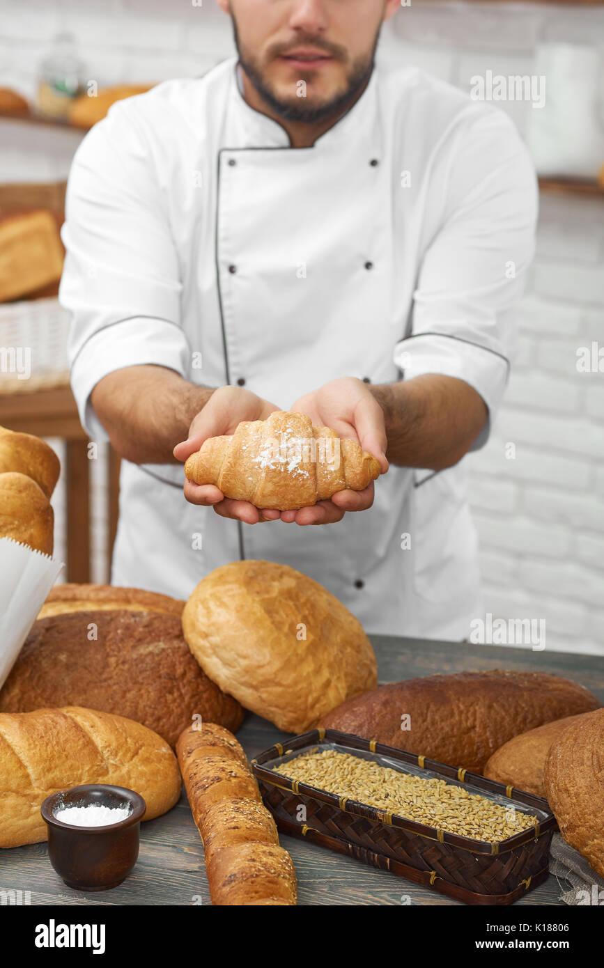 Le boulanger travaillant dans sa cuisine Photo Stock