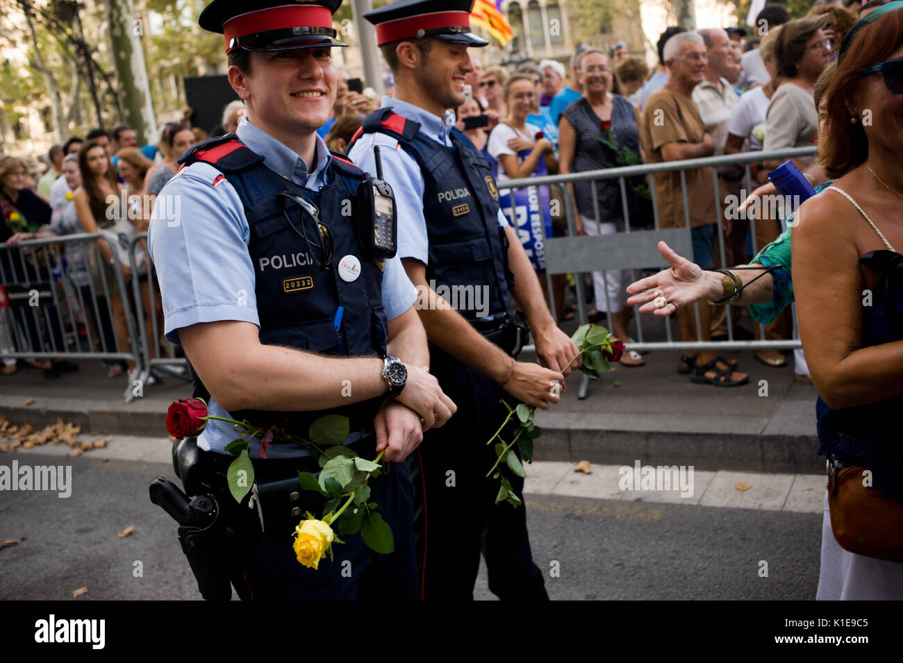 De Barcelone Août À Police 26 Les Espagne Catalane 2017 Agents HHYUPq