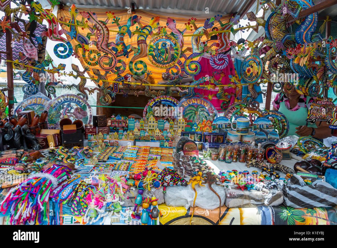 Willemstad, Curaçao, Petites Antilles. Stand de souvenirs dans le marché. Banque D'Images