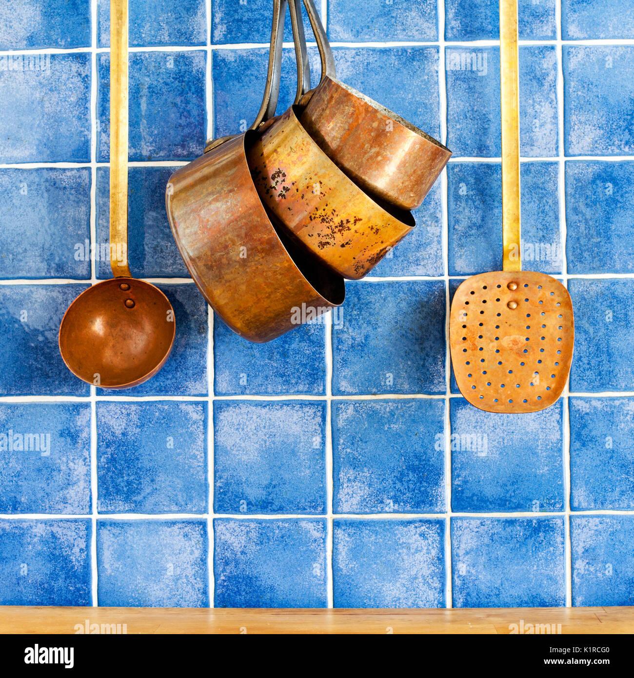 Des ustensiles de cuisine en cuivre rétro., ustensiles de cuisine ensemble. Photo Stock