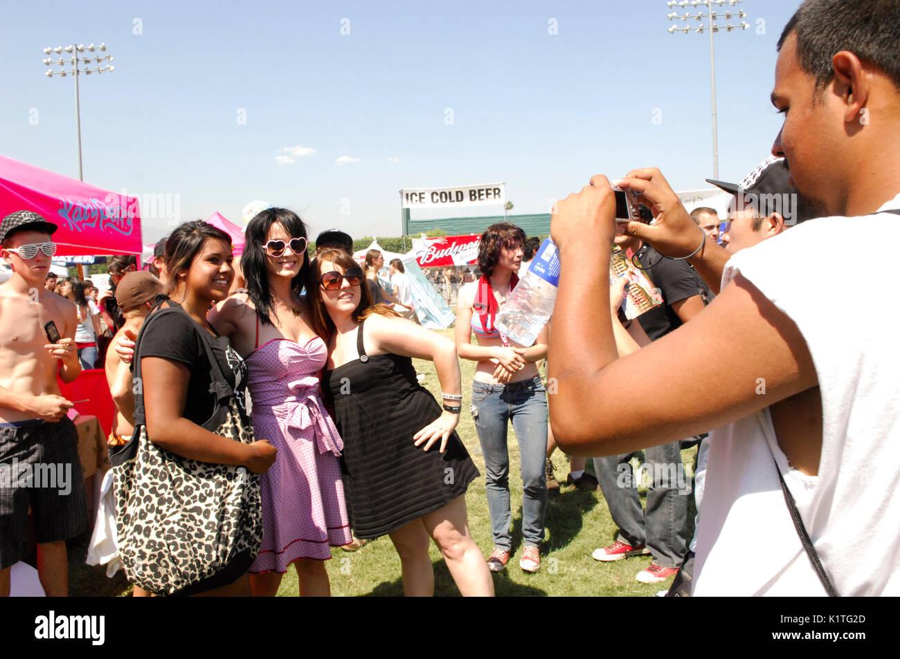 Katy Perry en prenant des photos du ventilateur 2008 Vans Warped Tour pomona fairgrounds pomona. Photo Stock