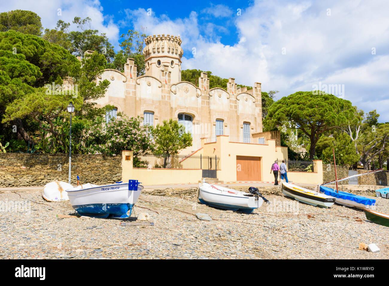 Casa Costa, un bâtiment moderniste Catalan donnant sur la plage de galets, Playa Llané Petit, Cadaqués, Catalogne, Espagne Photo Stock