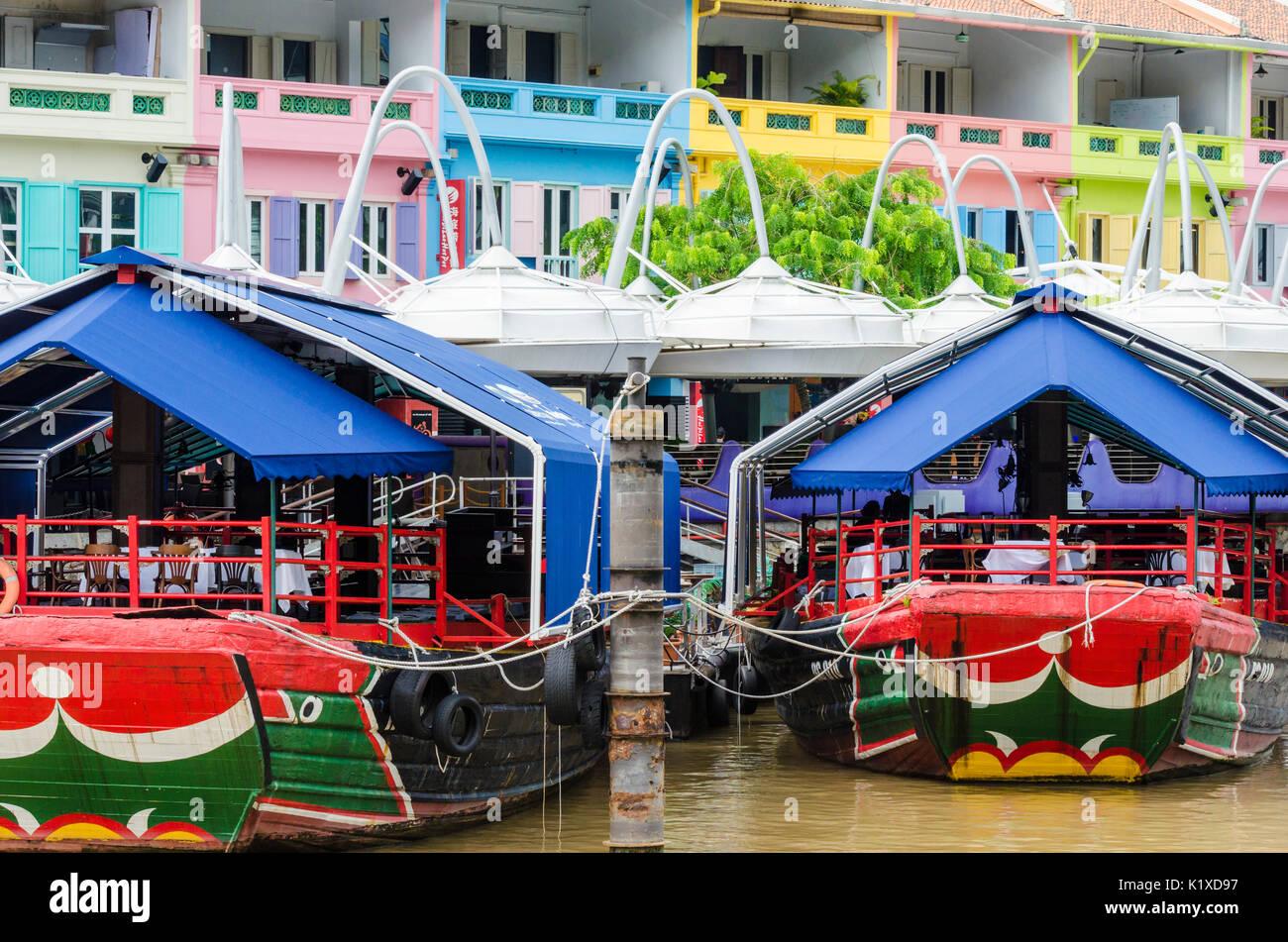Le restaurant coloré bateaux ancrés à Clarke Quay, Singapour Photo Stock