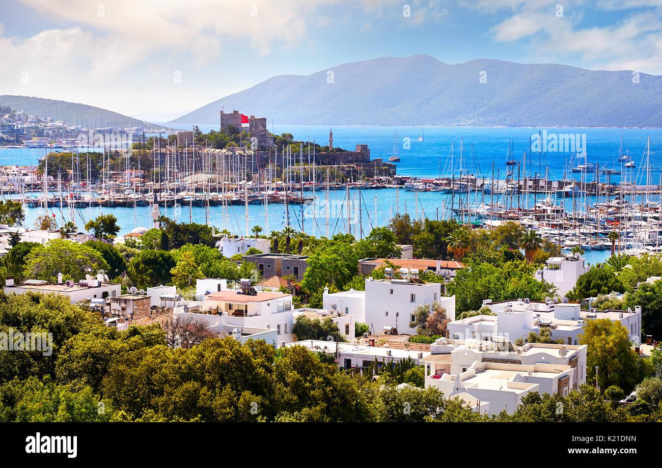 Vue sur le château de Bodrum et le port de plaisance en mer Egée en Turquie Banque D'Images