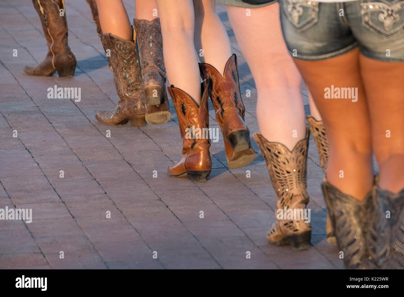 Les femmes La danse en ligne dans le style western cowboy
