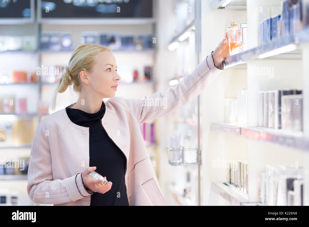 Belle femme shopping beauté en magasin. Photo Stock