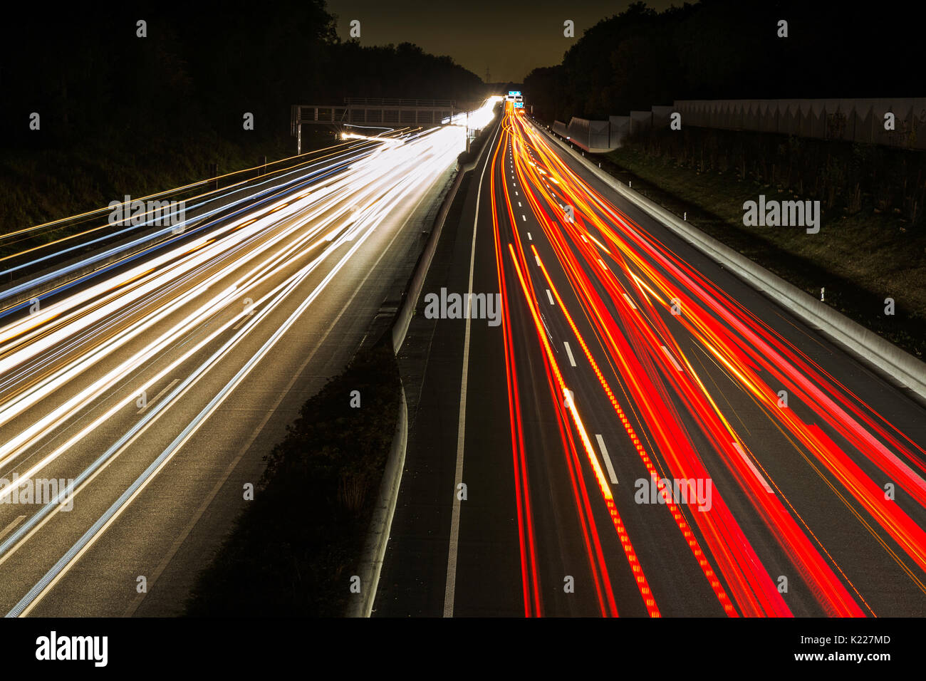 Des sentiers de lumière sur l'autoroute A2 à Karmen Allemagne Banque D'Images