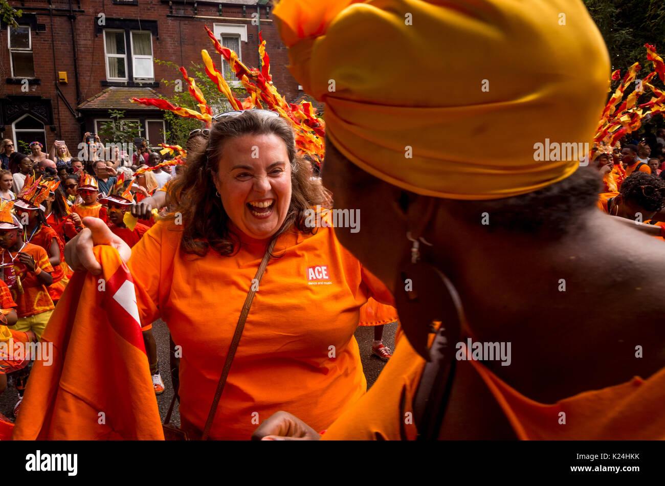 Leeds, UK. 28 août, 2017. Le 50e Leeds West Indian Carnival à Potternewton Park. Le carnaval a été la première au Royaume-Uni, en 1967, d'intégrer les trois éléments essentiels de l'Ouest authentique Indian carnaval - costumes, musique et d'une mascarade procession - c'est l'Europe le plus ancien défilé de carnaval des Caraïbes. L'événement comporte une procession colorée dans les rues, de la musique live et un stade de l'alimentation de rue et s'adresse à tous les âges et les cultures. Bailey-Cooper Photo Photography/Alamy Live News Photo Stock