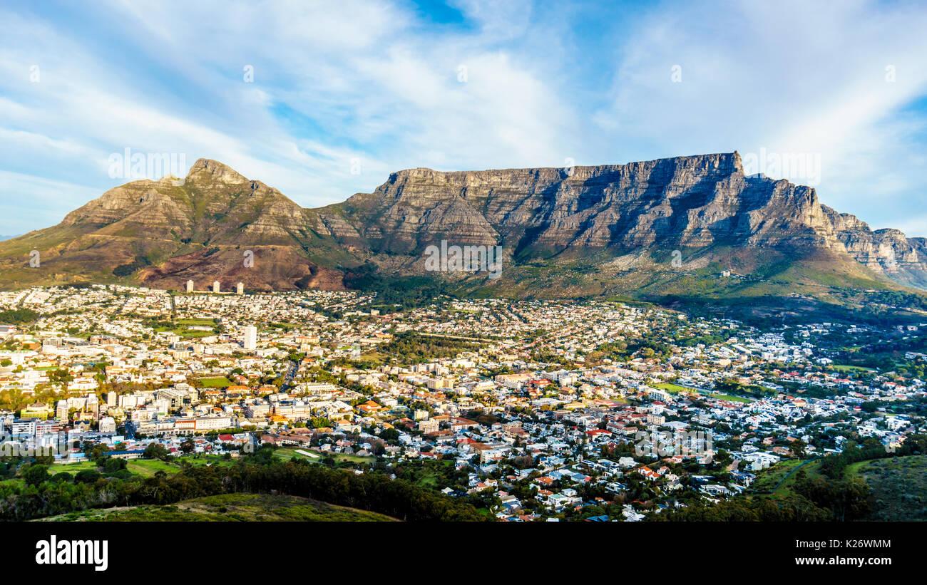 Soleil sur le cap, Table Mountain, Devils Peak, Lions Head et les douze apôtres. Vue depuis la route à Signal Hill à Cape Town, Afrique du Sud Photo Stock