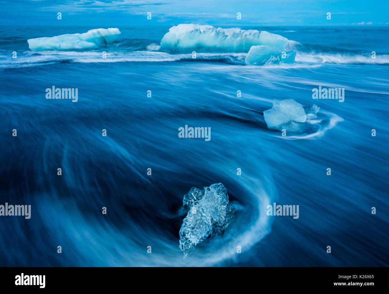 Jökulsárlón est un grand lac glaciaire dans le sud-est de l'Islande, au bord de Le parc national du Vatnajökull. Située à la tête du Breiðamerkurjökull gla Photo Stock