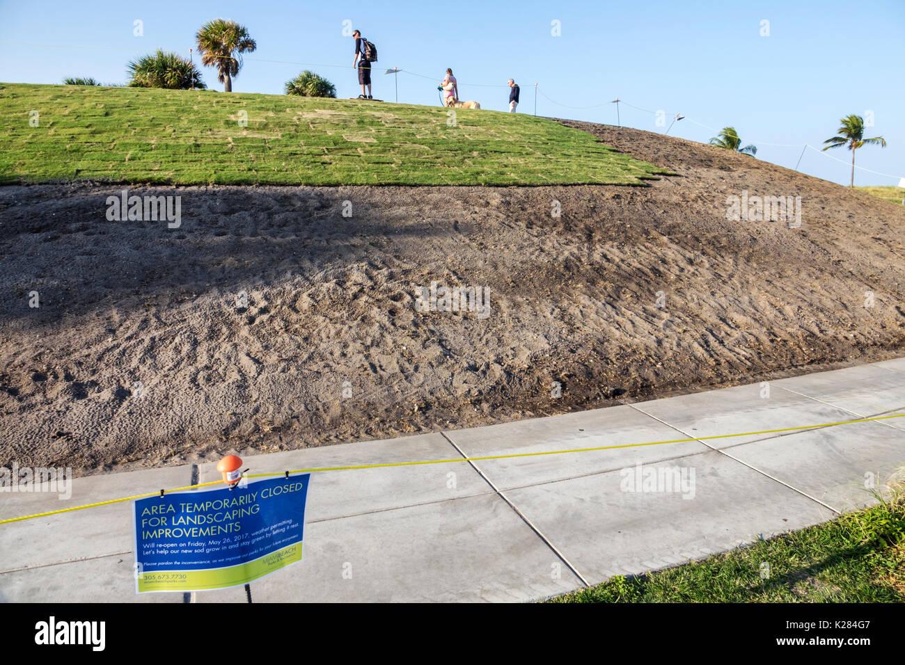 Miami Beach Florida South Pointe Park parc urbain aménagement paysager gazon pelouse améliorations signe zone fermée grass Photo Stock