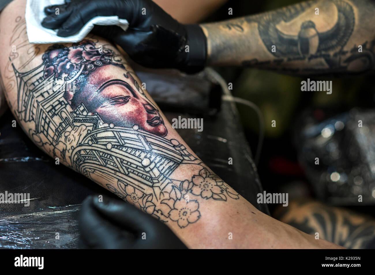 tatouage de la jambe photos & tatouage de la jambe images - alamy